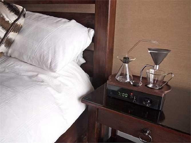 6. Máy pha cà phê kiêm đồng hồ báo thức: Thêm một sự kết hợp thú vị nữa trong danh sách với máy pha cà phê và chiếc đồng hồ báo thức. Cụ thể, thiết kế của Joshua Renouf sẽ kết hợp tiếng động với mùi cà phê thơm phức giúp người sử dụng hoàn toàn tỉnh táo để bắt đầu một ngày mới.