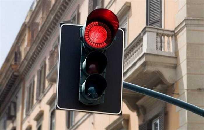 10. Đèn giao thông thông minh: Eko Traffic Light là chiếc đèn giao thông có viền bên ngoài thể hiện rõ thời gian chờ đèn đỏ còn lại, giúp lái xe có hướng xử lý phù hợp như tắt máy để tiết kiệm xăng hay các thao tác tương tự. Ưu điểm của sản phẩm do Damjan Stankovic thiết kế là nó có cấu trúc đơn giản và tiết kiệm điện, khi bạn không cần thêm một bộ đèn đếm giây ở bên cạnh.