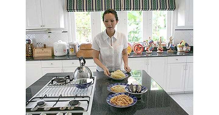 'Nữ hoàng ảnh lịch' rất đảm đang. Cô thường xuyên đứng bếp nấu ăn cho cả gia đình.