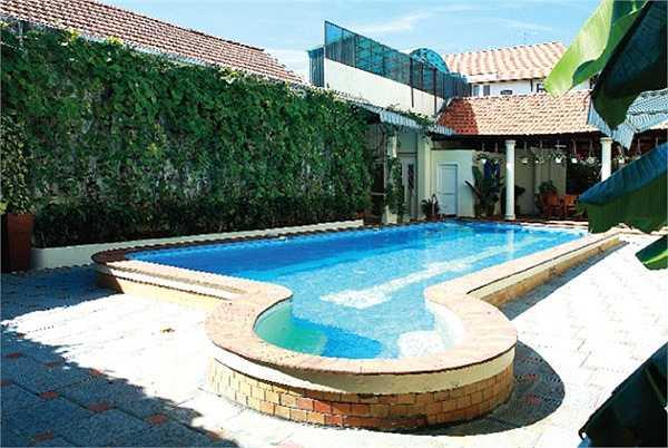 Biệt thự có bể bơi khá lớn.