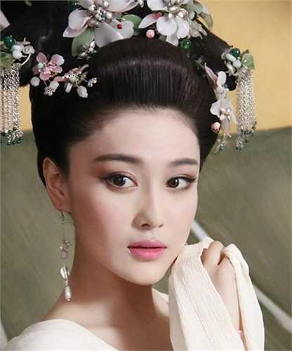 Trương Hinh Dư cũng sở hữu vẻ ngoài vô cùng quyến rũ.