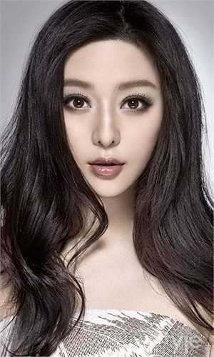 Đôi mắt to, sống mũi thẳng và gương mặt 'chuẩn V-line' là những nét đẹp hiếm mỹ nhân Hoa ngữ nào sánh bằng.