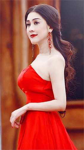 Không may mắn như Hương Giang Idol, Lâm Chi Khanh và bạn trai kém 11 đã chia tay vào giữa năm 2014.