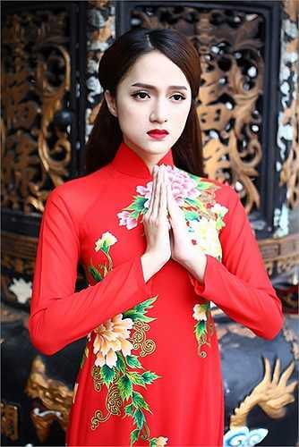 Hương Giang Idol đẹp nền nã trong tà áo dài truyền thống.