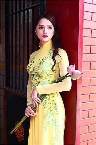 Làn da trắng như sứ của Hương Giang Idol khiến nhiều cô gái phải ghen tỵ.