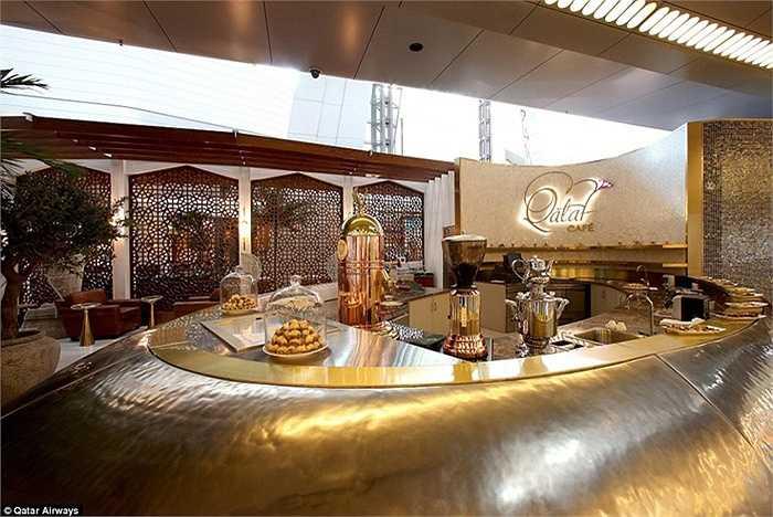 Qatar đã chi hàng tỷ USD để xây dựng sân bay này. Các quầy cà phê được mạ vàng lấp lánh gây ấn tượng.