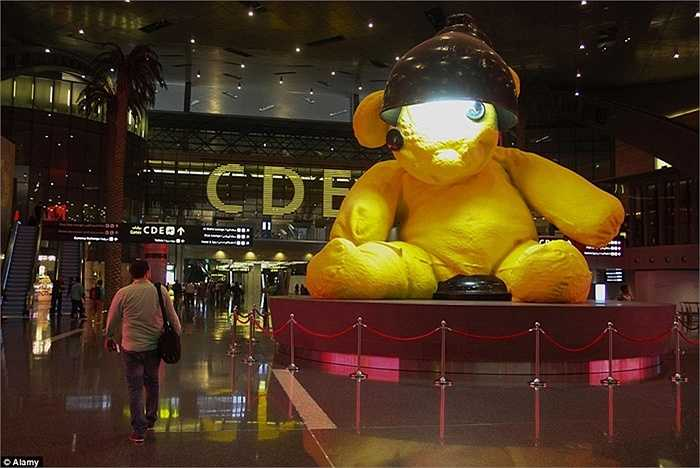 Chú gấu Teddy đặt ở sảnh chính sân bay. Đây là chú gấu thuộc bộ sưu tập của gia đình hoàng gia.