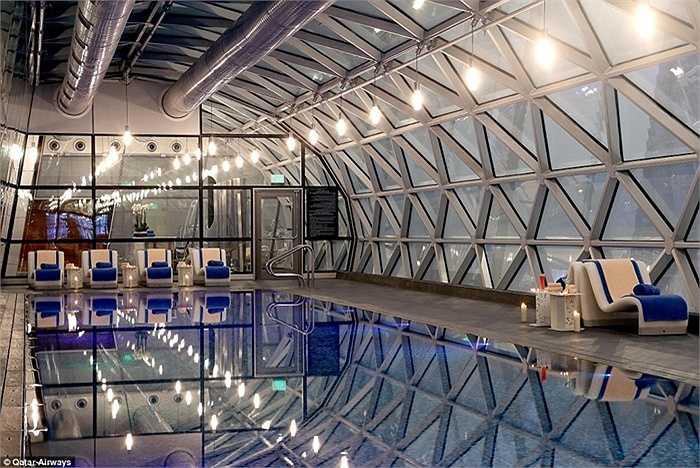 Hành khách tới đây có thể nghỉ trong 2 khách sạn được xây dựng ngay trong sân bay. Trong 2 khách sạn có 200 phòng và bể bơi