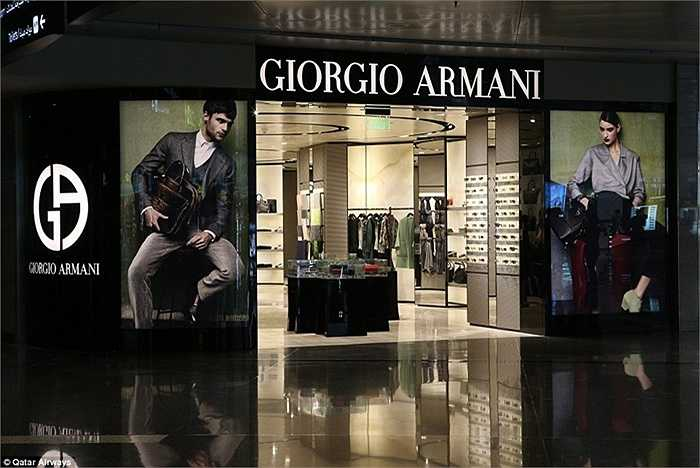 Các gian bán hàng hiệu của Giorgio Armani , Harrod's, Hermes và Chanel bên trong sân bay.