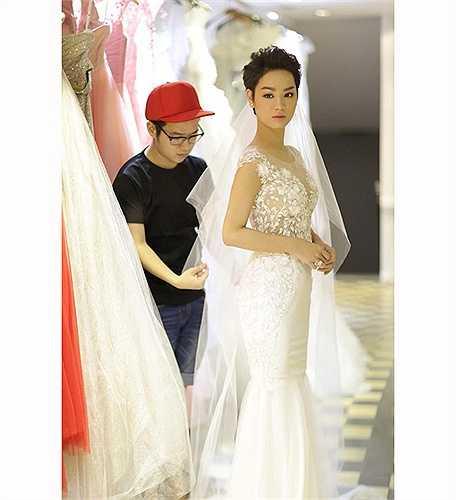Chiếc váy cưới màu trắng của cô có giá gần 200 triệu đồng, được thiết kế riêng đính kết tinh xảo với 3.000 viên pha lê cao cấp