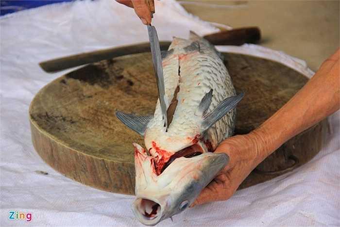 Trước kia, cá kho chỉ là món ăn bình dị, 'chém to, kho mặn' của các gia đình ở vùng thôn quê này.  Nhưng nhờ vị thơm ngon đặc trưng mà dần dần, cá kho trở thành món đặc sản và có giá đắt đỏ.