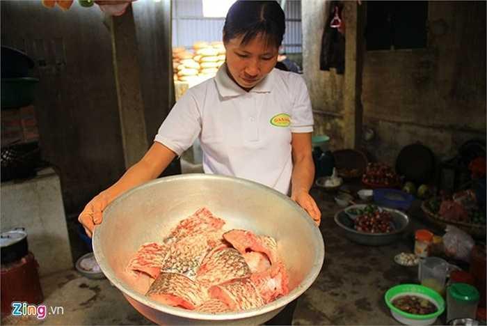 Theo các hộ gia đình ở đây, phải là cá trắm đen, to và nặng từ 3kg trở lên mới kho ngon.