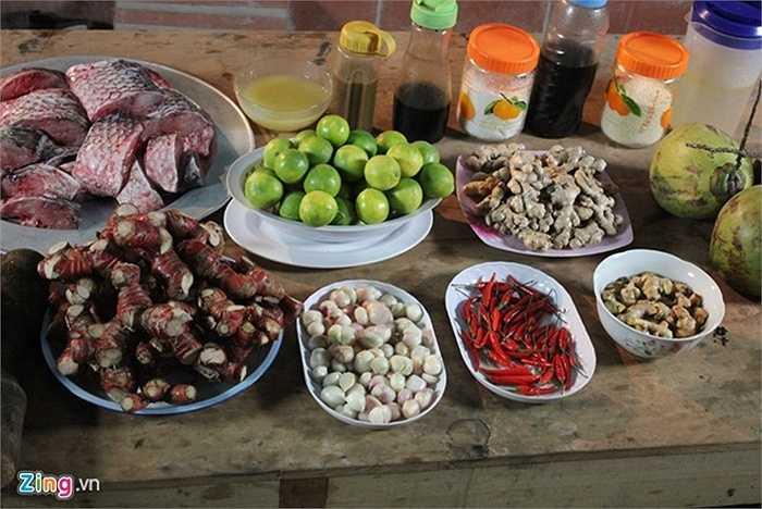Gia vị kho cá gồm riềng, sườn lợn, kẹo đắng, ớt, nước cốt chanh… đều là 'cây nhà là vườn' của các khu vực quanh làng.