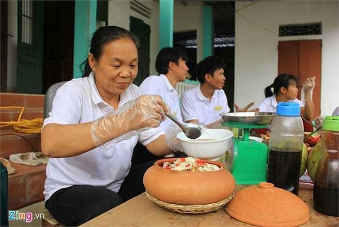 Bà Trần Thị Thìn, một nghệ nhân kho cá cho biết thêm, việc nêm nếm gia vị kho cá đều phải theo một quy chuẩn nhất định. Đặc biệt, niêu kho cá phải là niêu đất, loại to, tròn vành. Trước khi bỏ cá vào kho, niêu phải được luộc qua nước sôi để khử mùi.