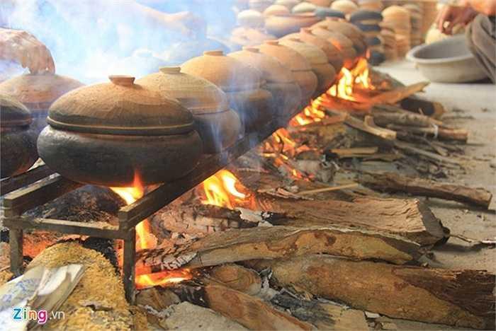 'Trong quá trình kho cá phải luôn có người túc trực để điều chỉnh lửa cũng như thêm nước sôi kịp thời. Đó cũng là lý do mà mọi người phải thay phiên nhau ngủ. Thậm chí có gia đình neo người phải thức trắng đêm để kho cá', ông Trần Huy Thân, một người làm nghề tâm sự.