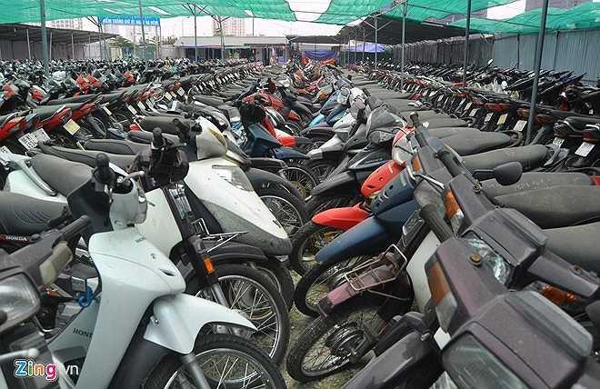 Hàng trăm phương tiện vi phạm luật giao thông (chủ yếu là xe máy) trên địa bàn thủ đô đang dầm mưa dãi nắng tại các bãi giữ phương tiện vi phạm Bồ Đề, Nam Trung Yên, Giảng Võ, Nghĩa Tân, Đền Lừ, Thái Thịnh. (Theo Zing)