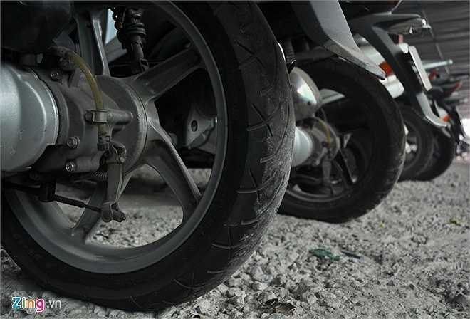 Sau một thời gian nằm dầm mưa, dãi nắng nhiều tháng các phương tiện bị xuống hơi, xẹp lốp. Vành - nan hoa các loại xe số bị hoen gỉ, bạc màu. (Theo Zing)