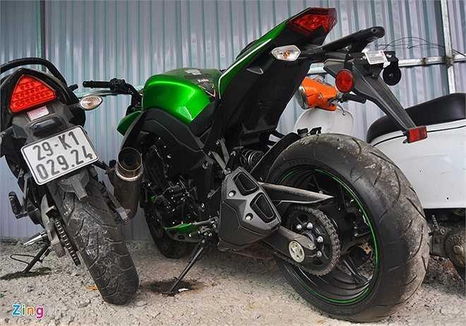 Ngoài ra, một số dòng xe phân khối lớn cũng không ai đến nhận. Trong ảnh là chiếc môtô Kawasaki Z1000 có giá hơn 500 triệu đồng chảy dầu máy sau một thời gian tạm giữ tại bãi giữ xe vi phạm. (Theo Zing)
