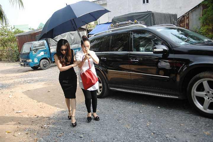 Trước đây, Hồ Quỳnh Hương tình cờ nghe được ca khúc 'Anh' của mình do bé bán kẹo kéo hát lại trên mạng xã hội