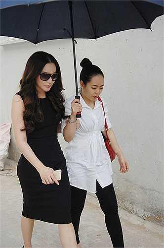 Và cô đã đổi vé máy bay từ Hà Nội về sớm hơn dự định để gặp bé Thảo, người bán kẹo kéo trong clip.