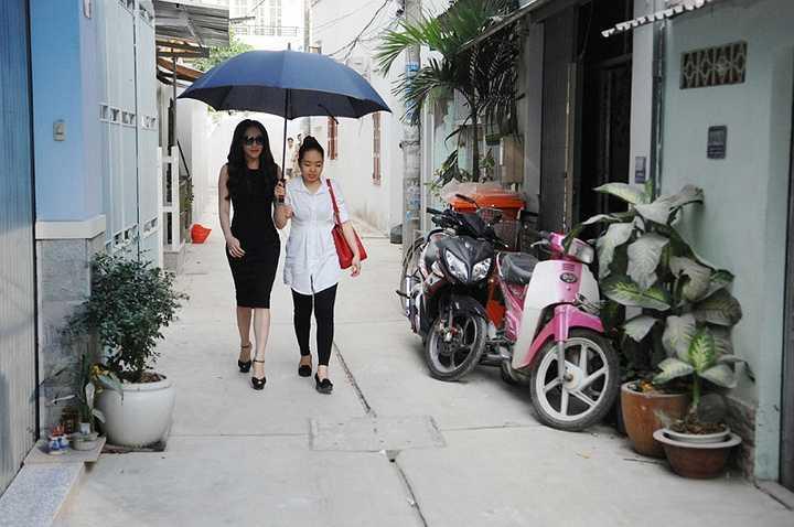 Sự xuất hiện của Hồ Quỳnh Hương khiến gia đình rất bất ngờ và không nén được xúc động.