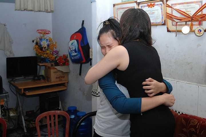 Ba bé Thảo chia sẻ: 'Gia đình rất xúc động và vô cùng bất ngờ vì sự xuất hiện của ca sĩ Hồ Quỳnh Hương, đây là một điều mà chưa bao giờ gia đình dám nghĩ đến. Chúng tôi vô cùng trân trọng tình cảm của ca sĩ Hồ Quỳnh Hương dành cho gia đình'