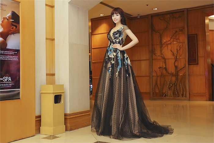 Kỳ Duyên xinh đẹp như một nàng công chúa trong trang phục được đính kết cầu kỳ.