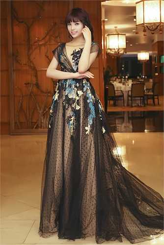 Nguyễn Cao Kỳ Duyên tích cực đầu tư váy áo cũng như cách phục trang.