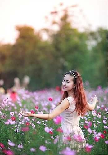Hoa khôi đại học Văn hóa 2011 Nguyễn Thùy Chi chọn bộ áo dài đỏ chụp hình tại bãi đá Nhật Tân (Hà Nội) những ngày cuối năm Giáp Ngọ.