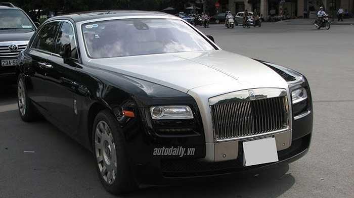 Cũng có giá lên đến gần 20 tỷ đồng, Rolls-Royce Ghost EWB cũng là một trong những mẫu xe sang đình đám nhất ở mảnh đất Cố Đô. Sự có mặt của chiếc Ghost phiên bản trục cơ sở kéo dài này càng làm tăng thêm số lượng siêu sang cho mảnh đất cố đô.