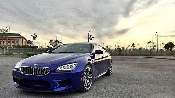 BMW M6 Grand Coupe là mẫu xe thể thao mạnh mẽ mang thương hiệu đến từ Đức. Đây chính là 1 trong 2 chiếc M6 GC đầu tiên được đưa về Việt Nam với màu xanh San Marino và nội thất đỏ đen bắt mắt. Hiện tại xe được phân phối chính hãng với giá gần 6,3 tỷ đồng.