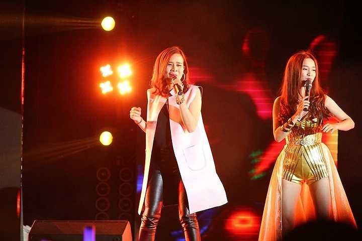 Tuy nhiên, trước sự hâm mộ của hàng ngàn khán giả, Lưu Hương Giang đã liên tục hát và cháy hết mình trên sân khấu khiến khán giả như vỡ òa bởi âm nhạc và cảm xúc.