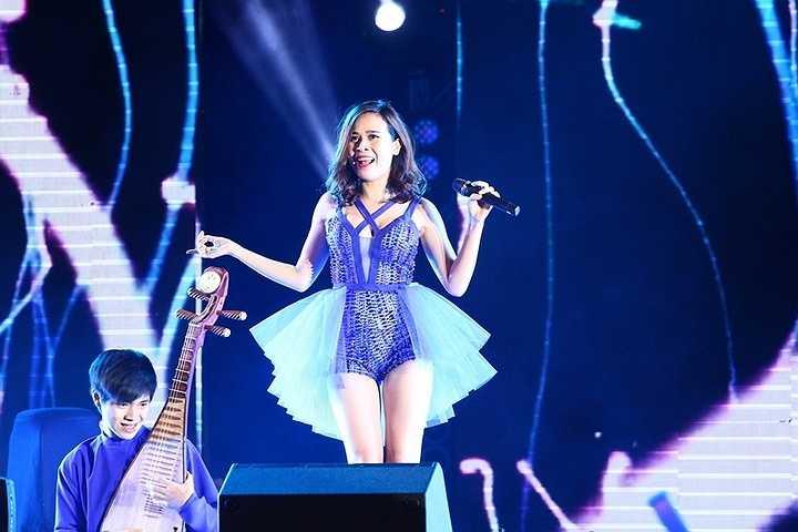 Cô thay đổi liên tục từ trang phục cho đến phong cách trên sân khấu.