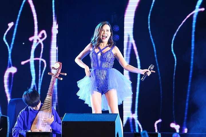 Khi thể hiện hai ca khúc đầu tiên, Cải Bắp đã khiến khán giả vô cùng thích thú khi diện trang phục sexy với những đường cắt táo bạo
