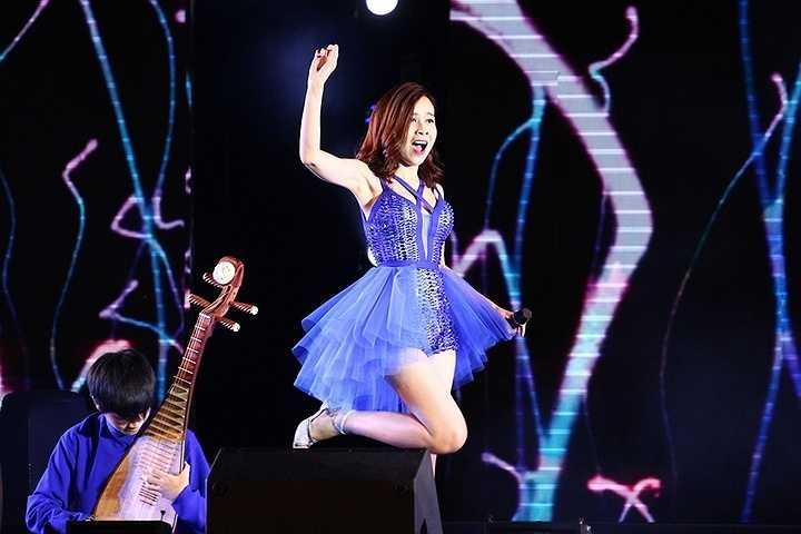 Ngay sau đó, cô tiếp tục quậy cùng ban nhạc và các ca sỹ khác với ngoại hình trẻ trung