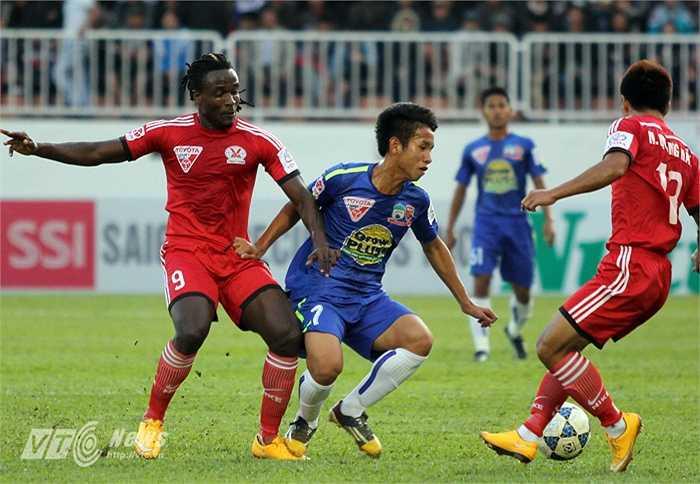 Trận này, cầu thủ Than Quảng Ninh chủ động chơi áp sát ngay từ giữa sân nhằm đánh chặn lối chơi phối hợp quen thuộc của HAGL. (Ảnh: Minh Trần)
