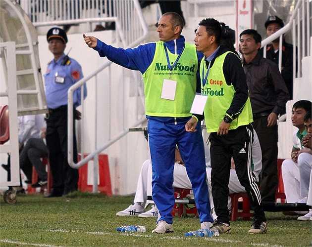 Sau bàn thua, đặc biệt là sau giờ nghỉ, thầy Giôm chỉ đạo các học trò đẩy cao đội hình, dồn ép Than Quảng Ninh. (Ảnh: Minh Trần)