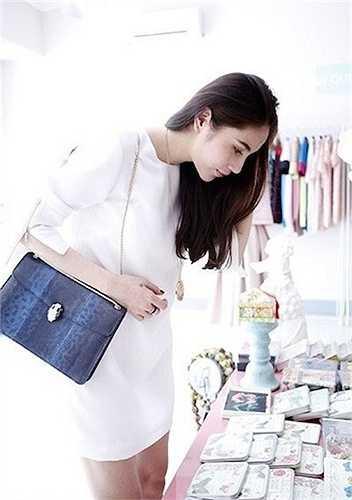 Thủy Tiên cũng sở hữu một chiếc Bvlgari Serpenti da rắn khác màu xanh. Chiếc túi nàycó giá khoảng hơn 3500 $, tương đương khoảng 80 triệu đồng.
