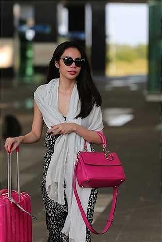 Chiếc túi Dior size Medium màu hồng xinh xắn này cũng là món đồ yêu thích gần đây của người đẹp. Cô thường xuyên xuất hiện cùng nó. Đây là mẫu mới của Diorcó tên là Be Dior, có giá 4900 USD (~105 triệu VNĐ).