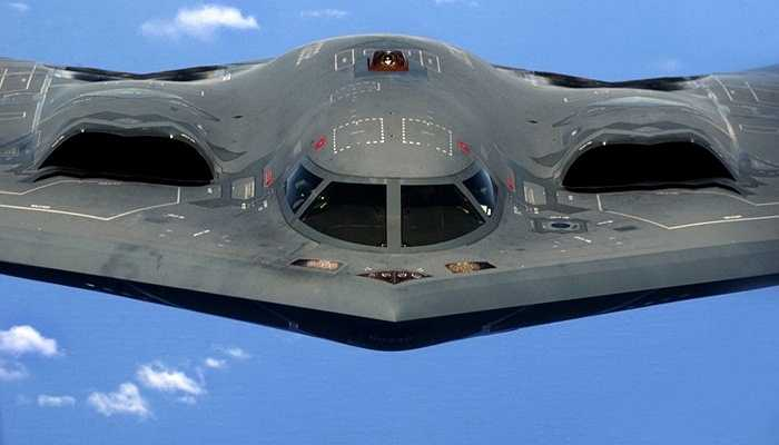 Máy bay tàng hình B-2 Spirit, 2,4 tỷ USD - Đây là chiếc máy bay ném bom có thể hoạt động trong nhiều điều kiện khắc nghiệt. Lớp vỏ của nó phát hiện được các tín hiệu radar và bảo vệ khỏi phóng xạ từ tấn công hạt nhân. Chiếc máy bay có thể mang 23 tấn vũ khí