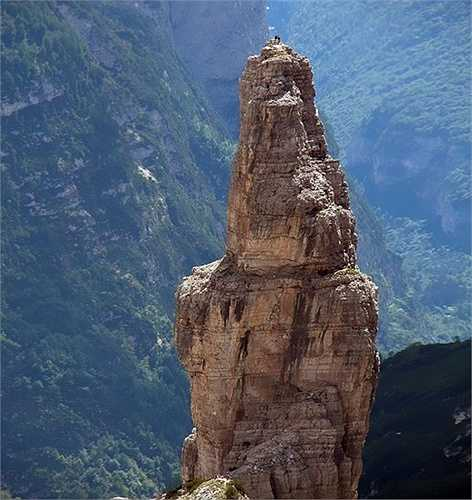 Đứng trên đỉnh mỏm núi dựng đứng