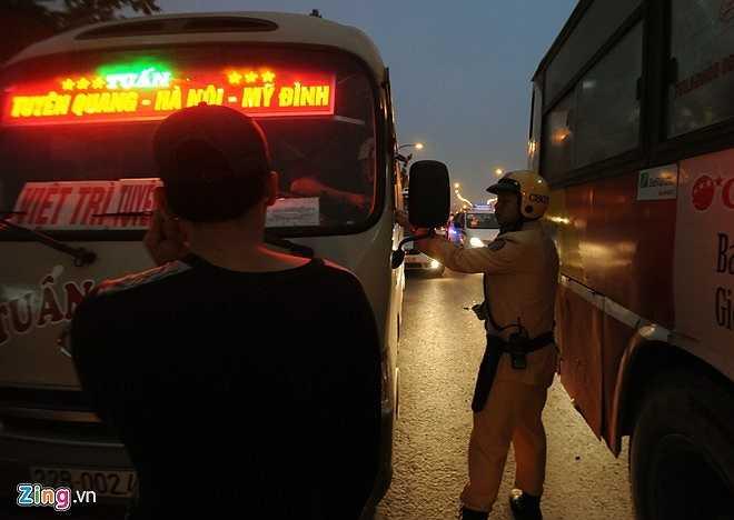 CSGT đội 6 (CATP Hà Nội) cho hay, đơn vị không đủ lực lượng để theo dõi và xử phạt hết xe khách dừng đỗ bắt khách trái phép. (Theo Zing)