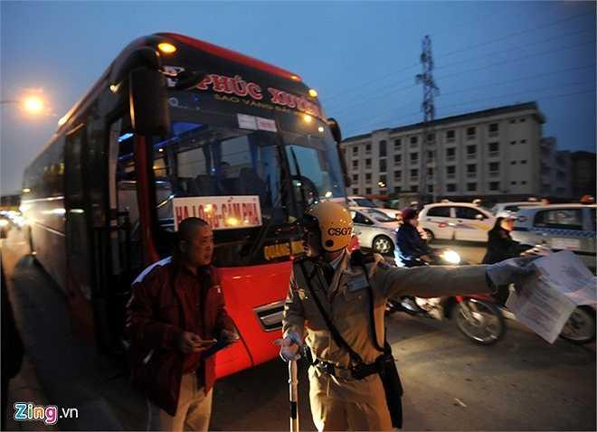 Theo theo thiếu úy Đỗ Văn Phương, các tài xế xe khách thường vi phạm khi thấy vắng bóng lực lượng chức năng. Các vi phạm về dừng đỗ trái phép sẽ bị lập biên bản xử phạt 1,5 triệu đồng và tước giấy phép lái xe 30 ngày. (Theo Zing)