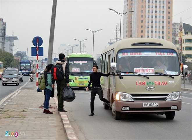 Một xe chạy tuyến Mỹ Đình - Việt Trì dừng luôn giữa đường chờ khách lên. Dù bến chỉ cách đó khoảng 1 km nhưng nhiều hành khách vẫn bắt dọc đường để không phải chờ đợi giờ chuyển bánh khi vào trong. (Theo Zing)