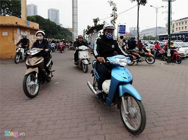 Người đi xe máy phải len lên vỉa hè để tránh khỏi dòng xe ôtô đang kín đặc ở làn đường. (Theo Zing)
