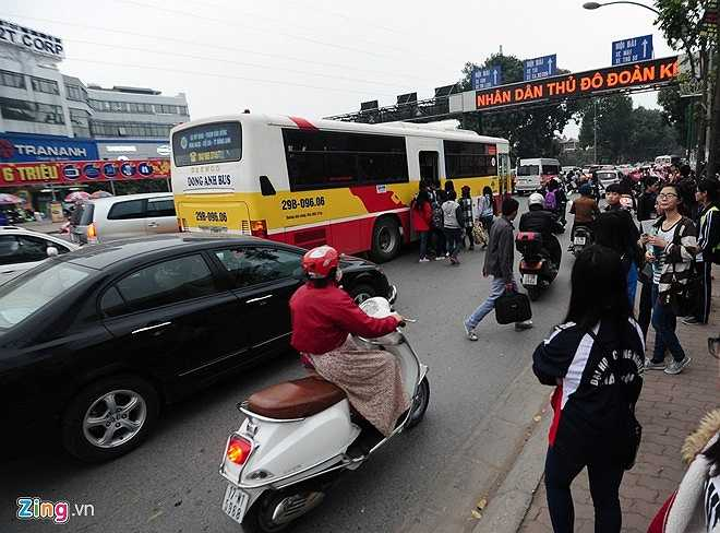 Xe buýt buộc phải dừng giữa đường vì khu vực này rất lộn xộn. (Theo Zing)