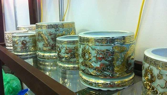 Tại Hà Nội, từ hồi tháng 10 vừa qua, một nghệ nhân đã giới thiệu bộ sưu tập các đồ gốm mạ vàng, có giá xấp xỉ 200 triệu đồng. Trong đó, đáng chú ý là bộ bát hương mạ vàng - Ảnh: Zing