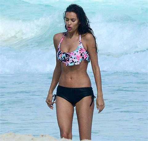 Irina Shayk tranh thủ đi tắm biển khi lưu lại Mexico làm việc