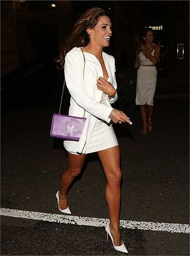 Cựu hoa hậu Anh từng thu nhỏ ngực sau sự cố bị vỡ túi năm trước đó và hài lòng với vòng một nhỏ gọn hiện tại.
