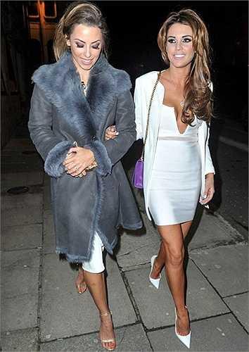 Danielle Lloyd thân thiết bên người mẫu Dani Lawrence, vợ thủ môn Brad Jones(Liverpool).